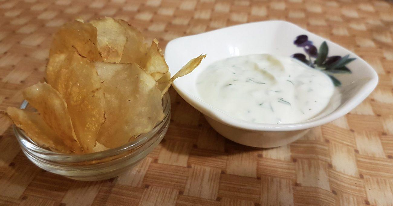 Диетические картофельные чипсы с йогуртово-чесночным соусом
