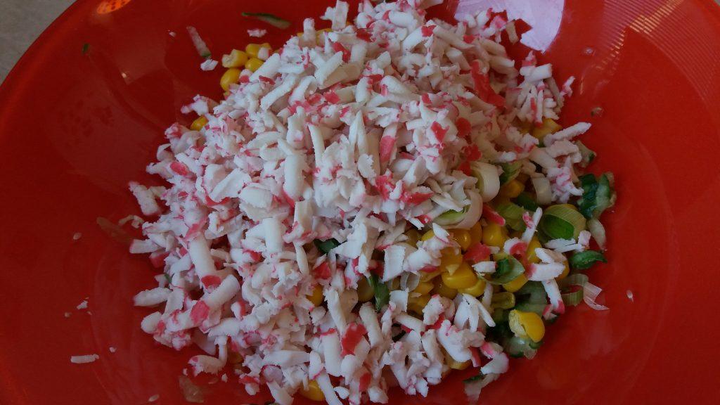 Фото рецепта - Рулетики из лаваша с крабовым салатом - шаг 4