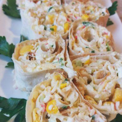 Рулетики из лаваша с крабовым салатом - рецепт с фото