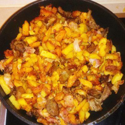 Жареная картошка с паприкой и беконом - рецепт с фото