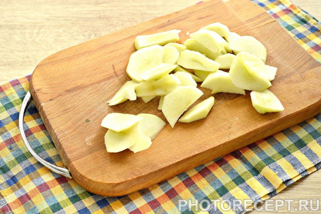 Фото рецепта - Яблочная шарлотка со сгущенным молоком - шаг 3