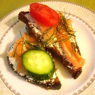 Тосты с мягким сыром и малосольной семгой - рецепт с фото