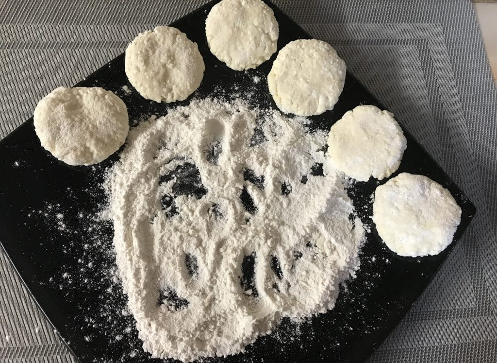 Фото рецепта - Нежные сырники на завтрак - шаг 4