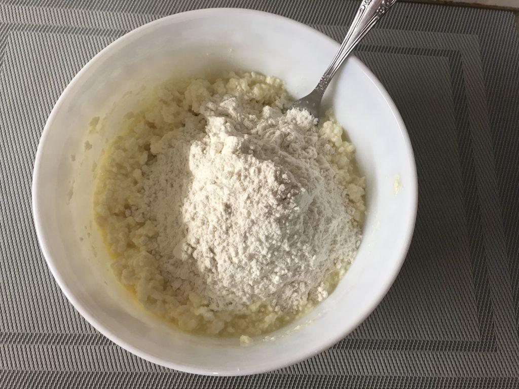 Фото рецепта - Нежные сырники на завтрак - шаг 2