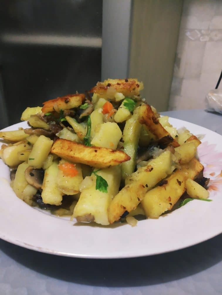 Фото рецепта - Жареный картофель с грибами и зеленью - шаг 5