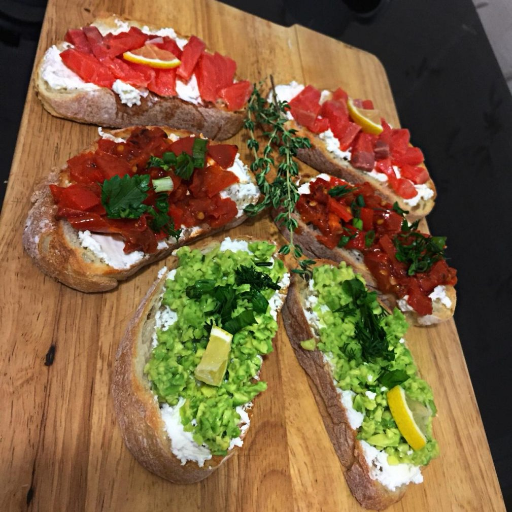 Фото рецепта - Брускетта с лососем, помидорами и авокадо - шаг 6