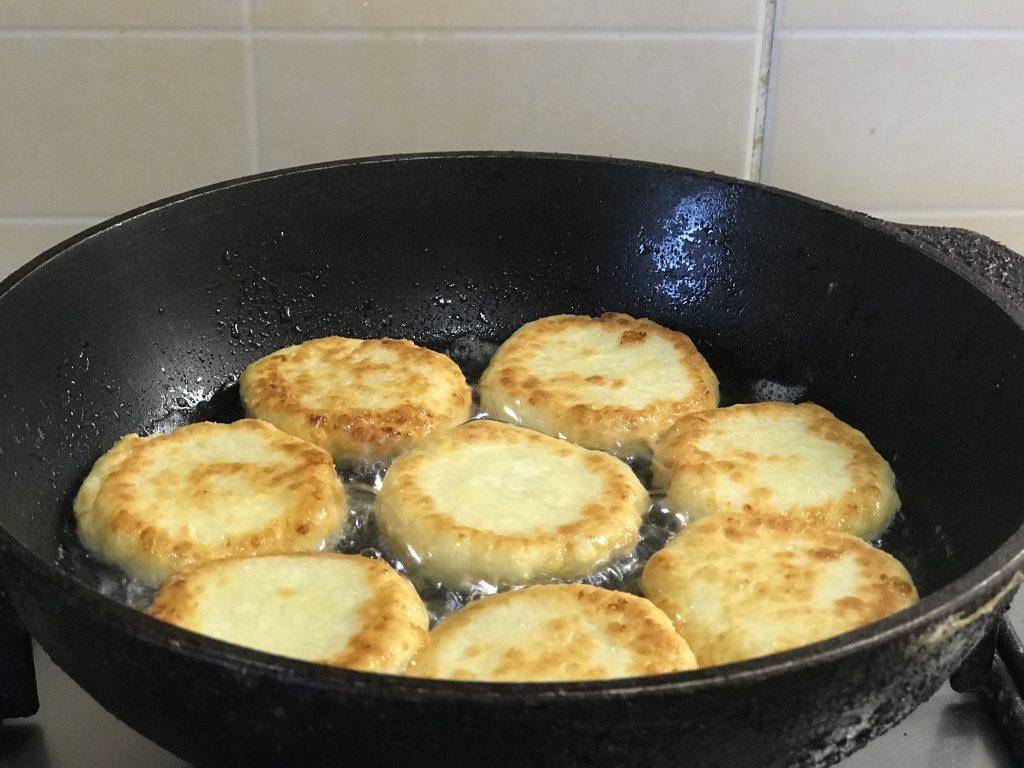 Фото рецепта - Нежные сырники на завтрак - шаг 5
