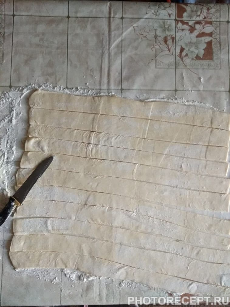 Фото рецепта - Сосиски в дрожжевом слоеном тесте - шаг 3