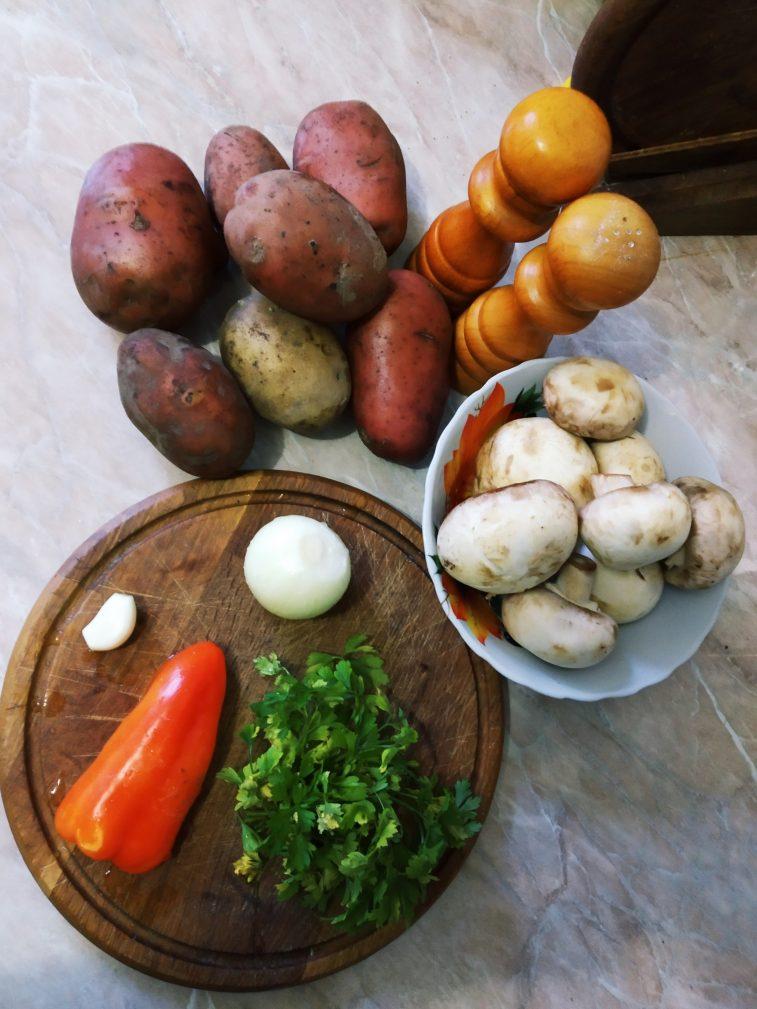 Фото рецепта - Жареный картофель с грибами и зеленью - шаг 1