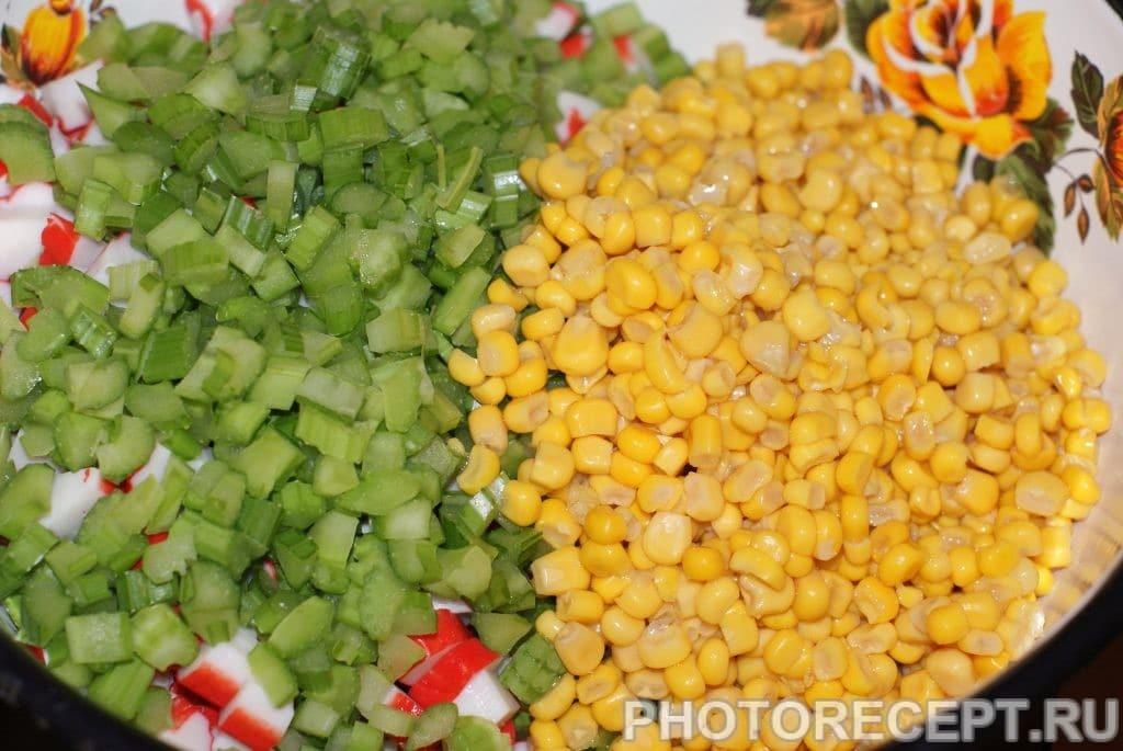 Фото рецепта - Салат из крабовых палочек и сельдерея - шаг 5