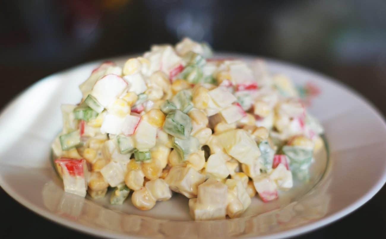 Салат из крабовых палочек и сельдерея