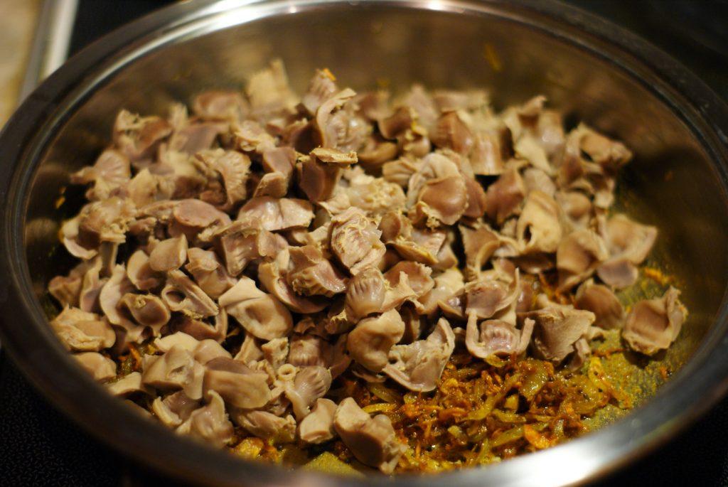 Фото рецепта - Куриные желудочки тушенные в сметане - шаг 9