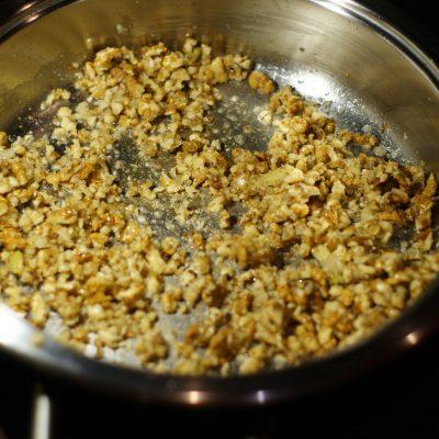 Фото рецепта - Печень куриная в ореховом соусе - шаг 7