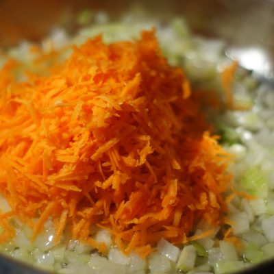 Фото рецепта - Куриные желудочки в морковно-сметанном соусе - шаг 4