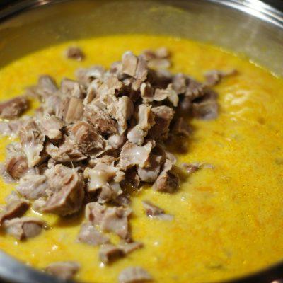Фото рецепта - Куриные желудочки в морковно-сметанном соусе - шаг 8