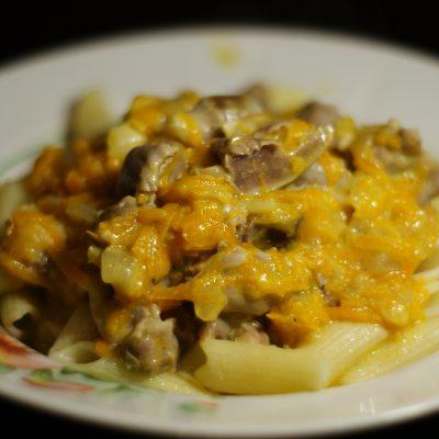 Фото рецепта - Куриные желудочки в морковно-сметанном соусе - шаг 9