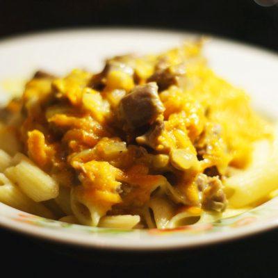 Куриные желудочки в морковно-сметанном соусе - рецепт с фото