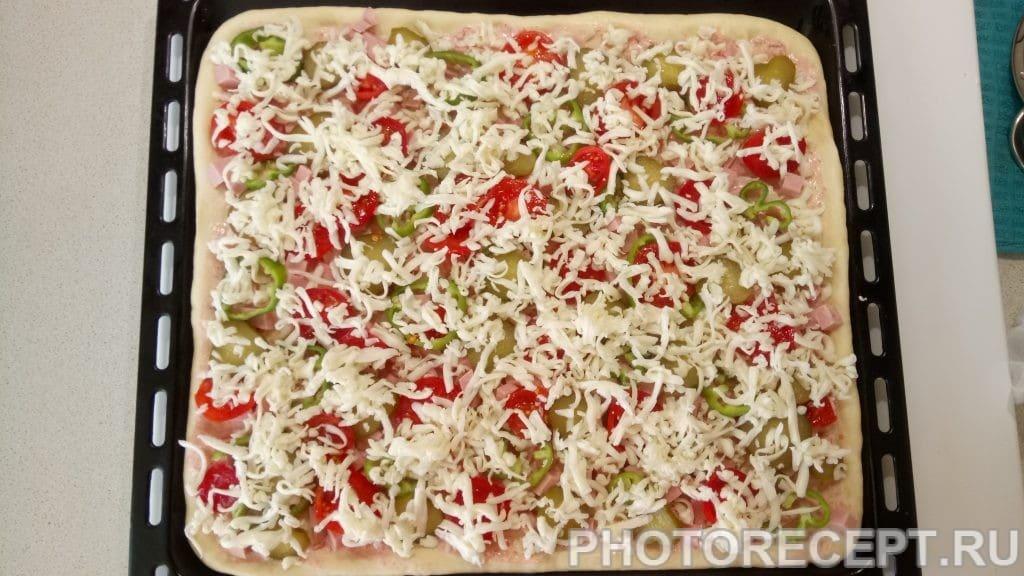 Фото рецепта - Домашняя пицца с колбасой и сыром - шаг 8