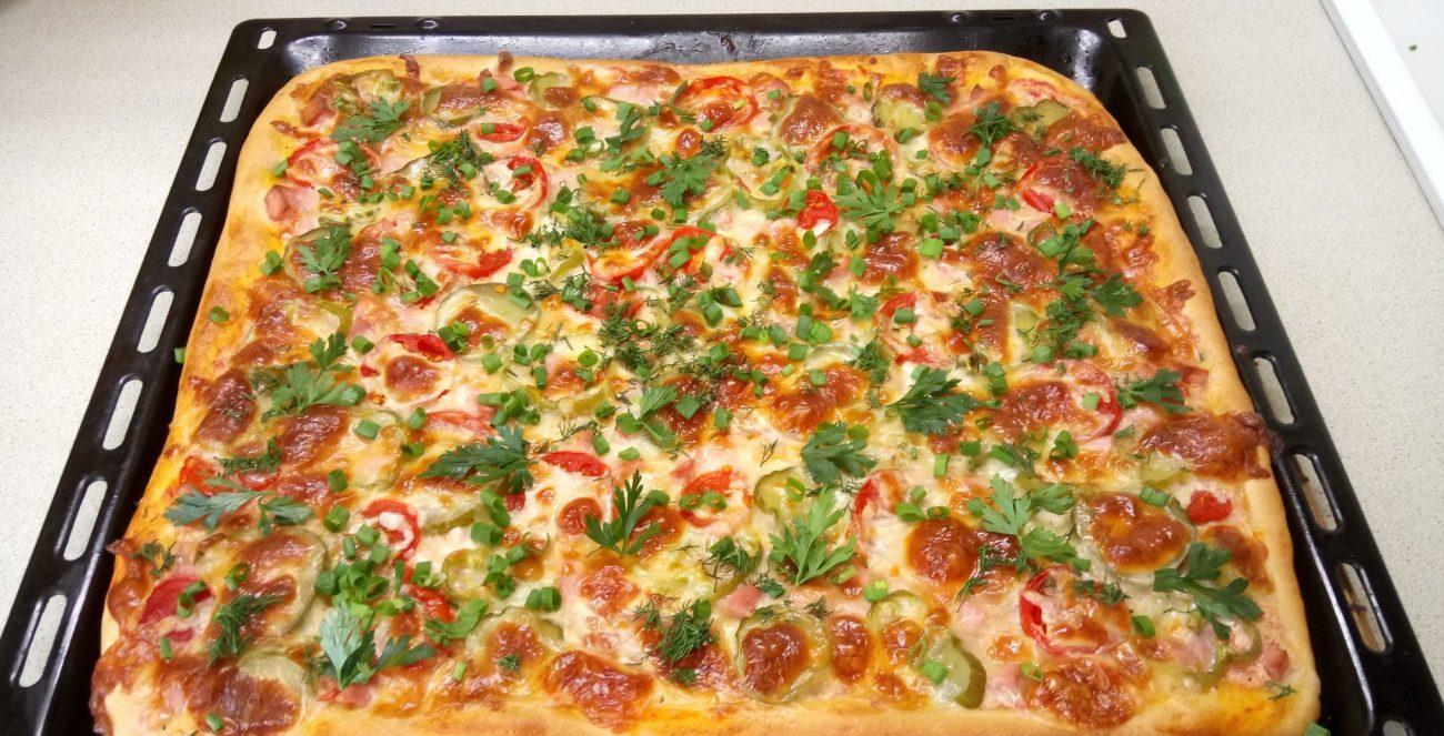 Домашняя пицца с колбасой и сыром