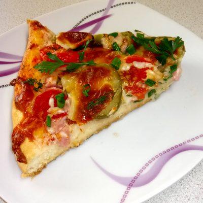 Фото рецепта - Домашняя пицца с колбасой и сыром - шаг 9