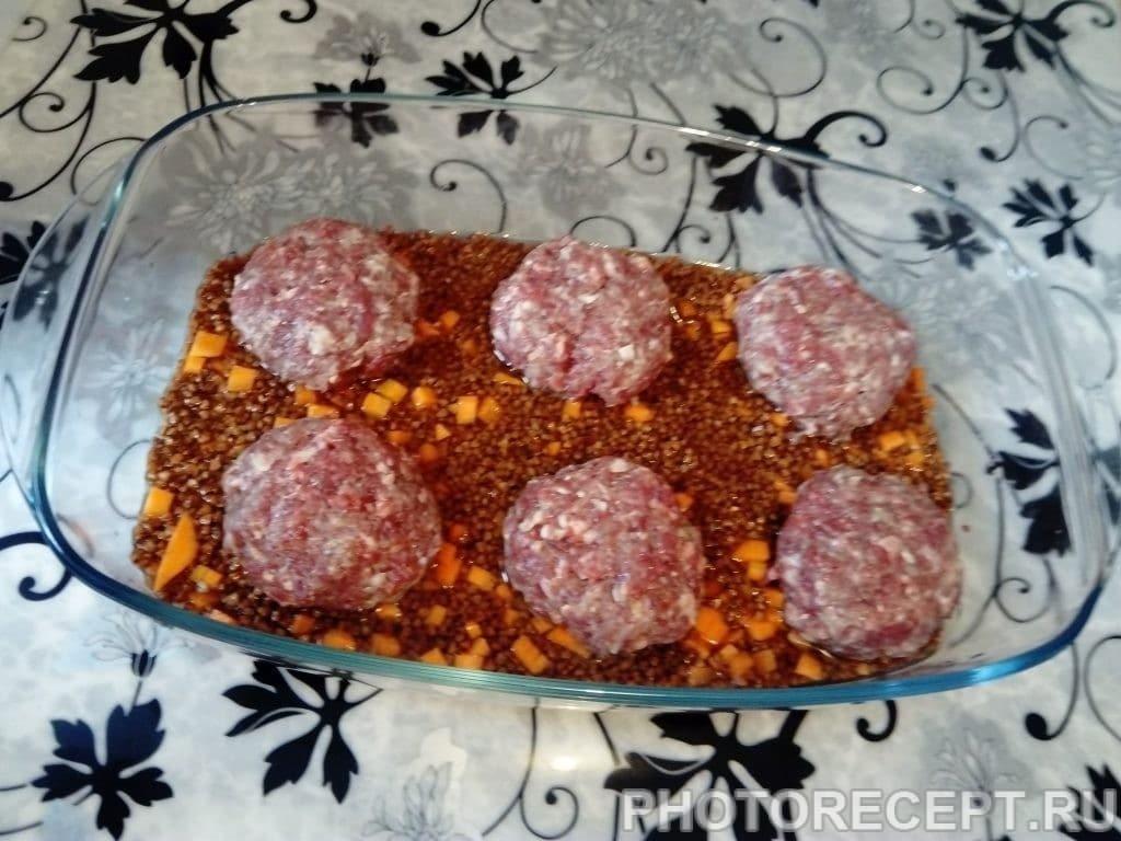 Фото рецепта - Котлеты с гречневой крупой в духовке - шаг 6