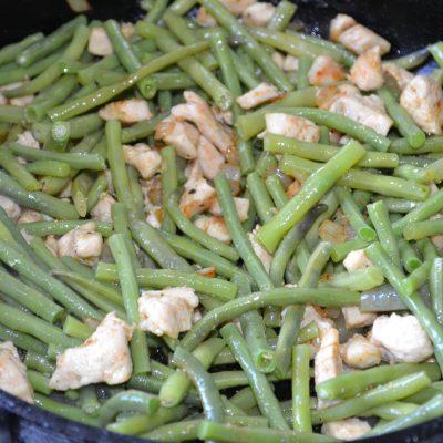 Фото рецепта - Лапша с курицей и стручковой фасолью - шаг 7