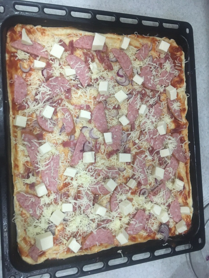 Фото рецепта - Пицца на тонком тесте с колбасой - шаг 3