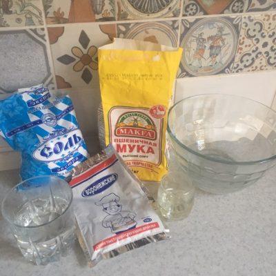Фото рецепта - Пицца на тонком тесте с колбасой - шаг 1