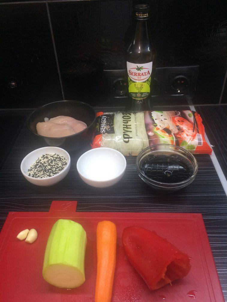 Фото рецепта - Фунчоза с курицей и овощами - шаг 1