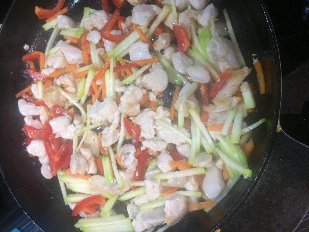Фото рецепта - Фунчоза с курицей и овощами - шаг 4