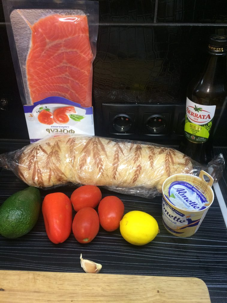 Фото рецепта - Брускетта с лососем, помидорами и авокадо - шаг 1