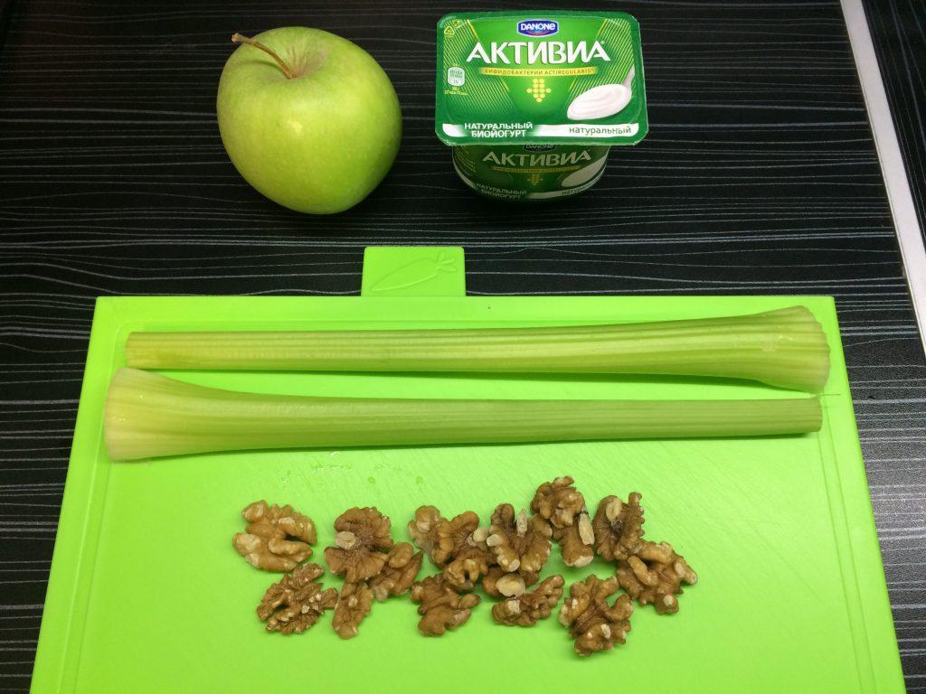 Фото рецепта - Салат с сельдереем и яблоком - шаг 1