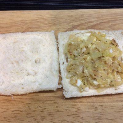 Фото рецепта - Сендвичи с яйцом, капустой и сыром - шаг 4