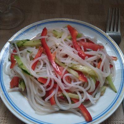 Фото рецепта - Салат с холодной фунчозой - шаг 4