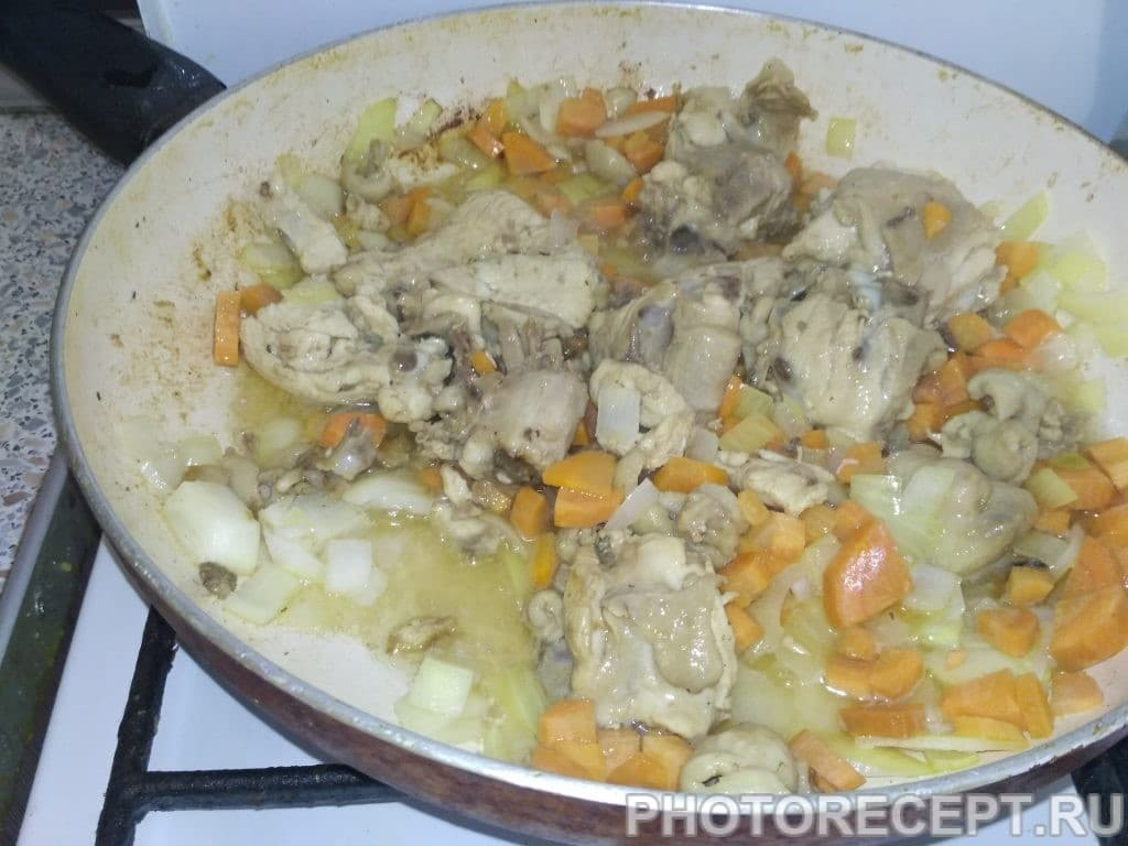 Фото рецепта - Паэлья с курицей и зелёным горошком - шаг 2