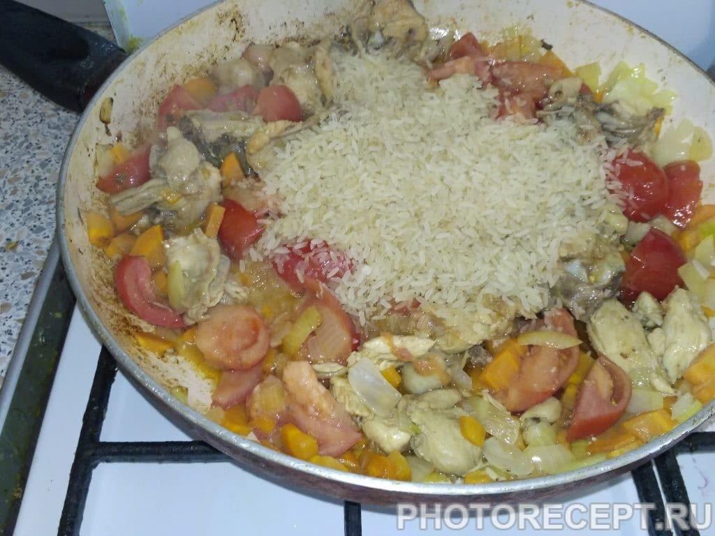 Фото рецепта - Паэлья с курицей и зелёным горошком - шаг 3