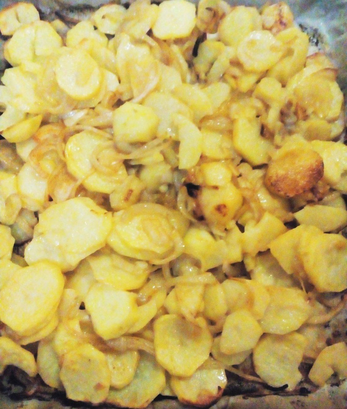 Печеный картофель с луком и красным перцем