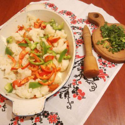Фото рецепта - Запеканка-омлет из цветной капусты - шаг 3