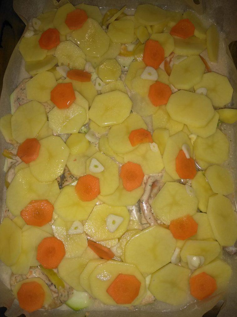 Фото рецепта - Филе минтая под соусом с овощами и с сыром - шаг 4