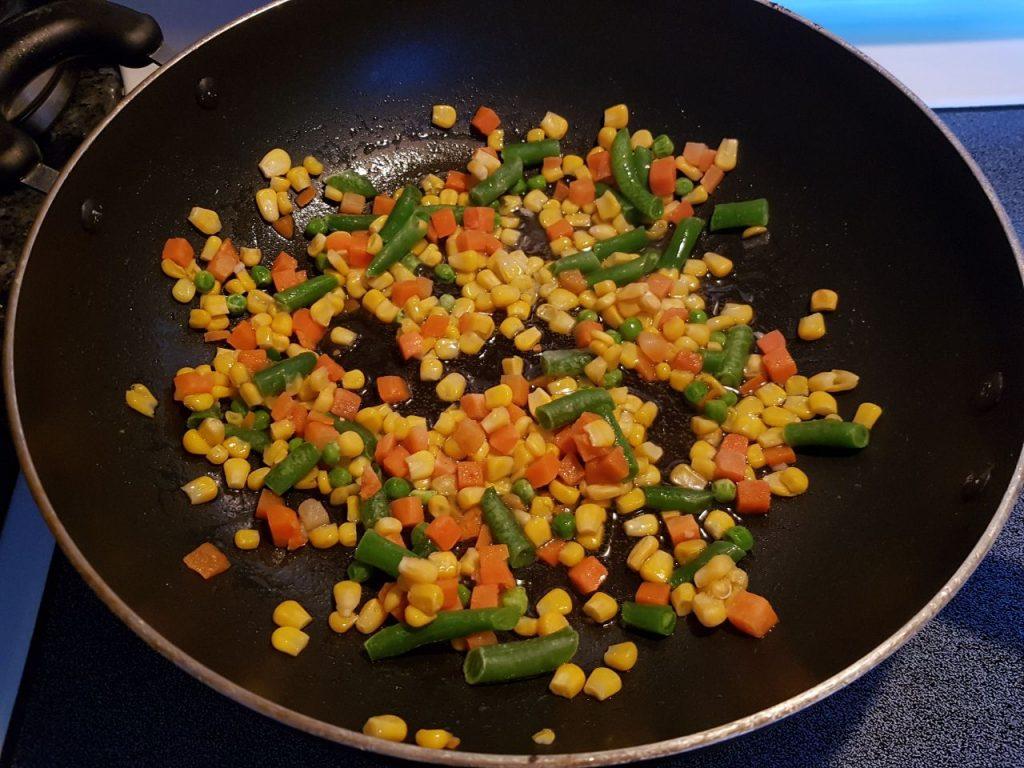 Фото рецепта - Рис с овощами на сковороде - шаг 3