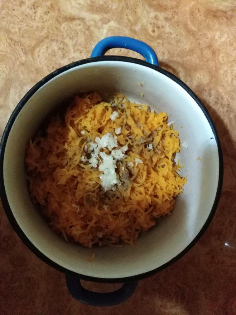 Фото рецепта - Соленые оладьи из тыквы - шаг 3