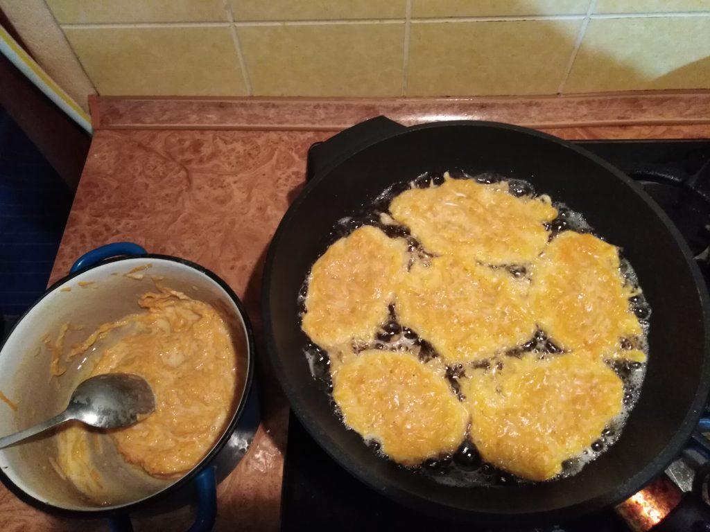 Фото рецепта - Соленые оладьи из тыквы - шаг 6