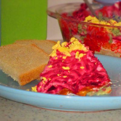 Фото рецепта - Салат сельдь под шубой из консервов - шаг 6
