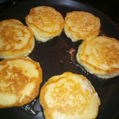 Фото рецепта - Пышные сырники с бананом без сахара и муки - шаг 4