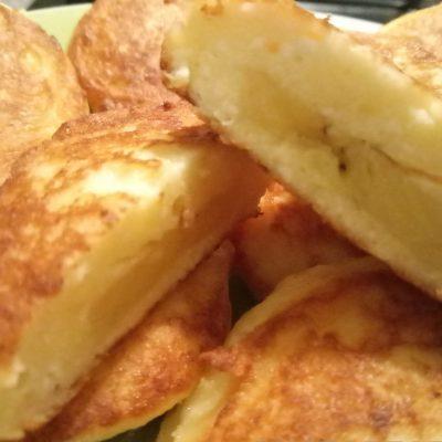 Фото рецепта - Пышные сырники с бананом без сахара и муки - шаг 5