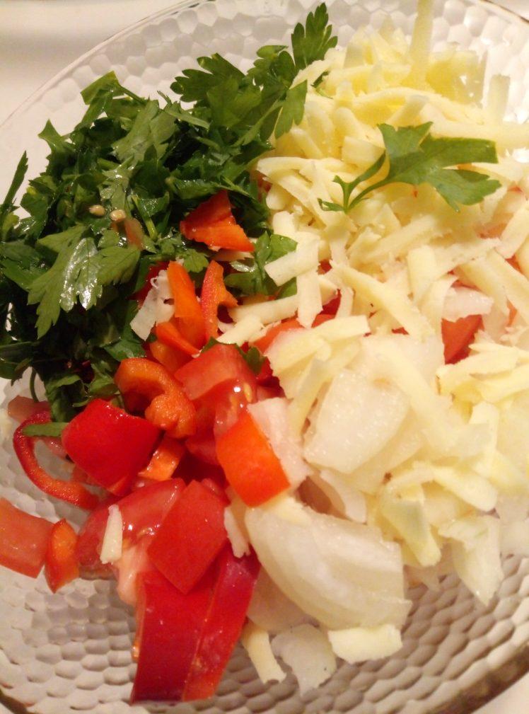 Фото рецепта - Салат с сыром, помидорами и перцем - шаг 2