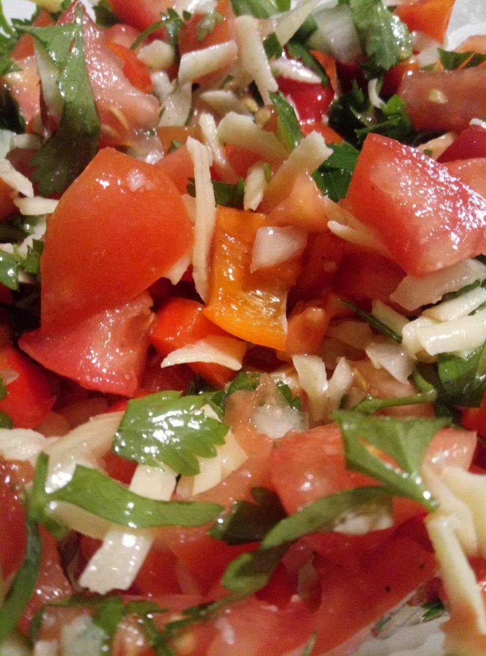 Салат с сыром, помидорами и перцем