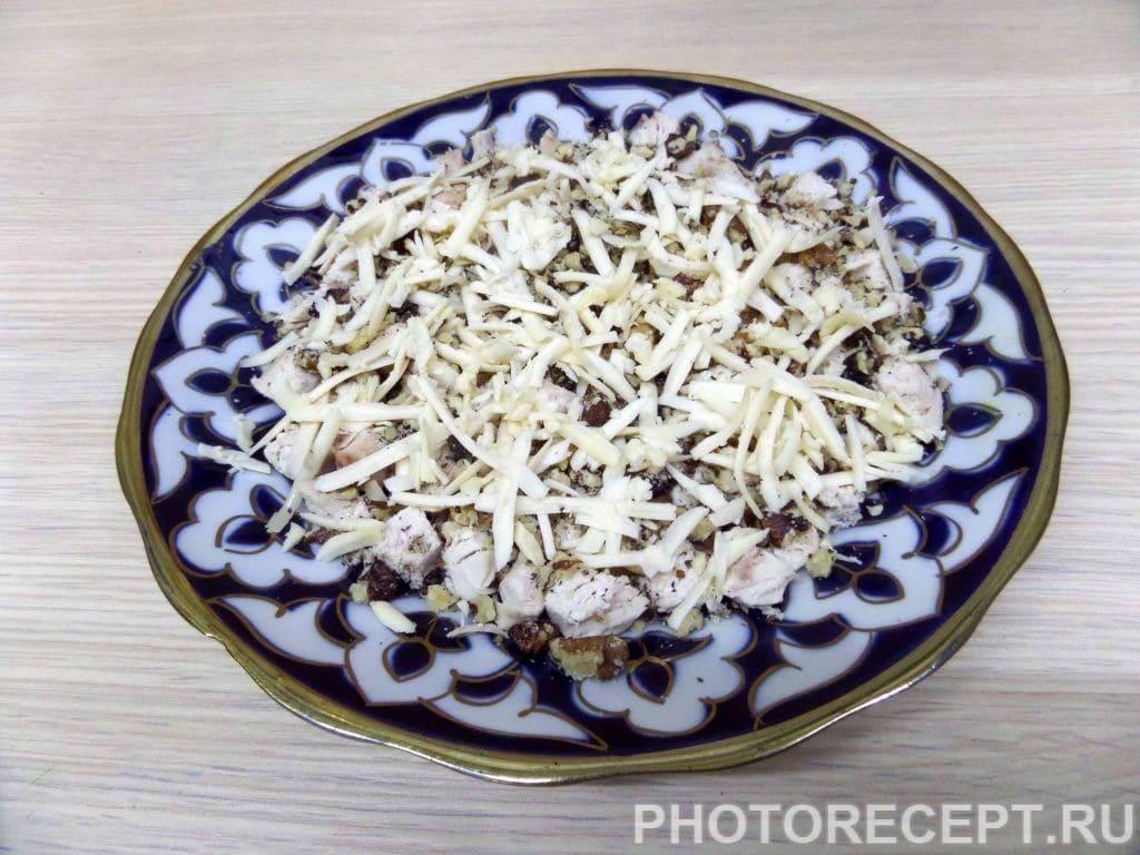 Фото рецепта - Салат с куриной грудкой и грецкими орехами - шаг 8