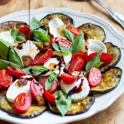 Аппетитный салат с жареными баклажанами, чесночком и соусом - рецепт с фото