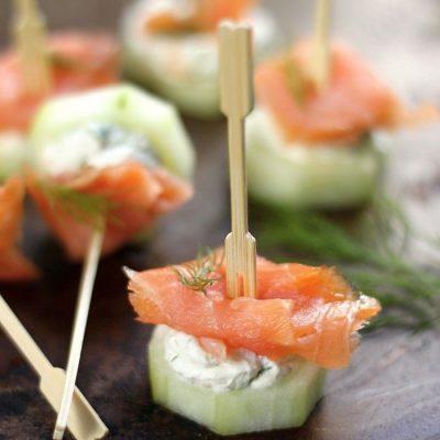 Хит на вечеринках – канапе из огурчиков с копченой рыбой - рецепт с фото
